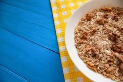 Bacia de nozes frescas da farinha de aveia no alimento rústico da tabela da cerceta, o quente e o saudável para o café da manhã Foto de Stock Royalty Free