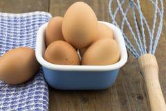 Bacia de ovos na tabela de madeira Imagens de Stock
