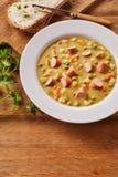 Bacia de Pea Soup cremoso com salsicha desbastada Foto de Stock Royalty Free