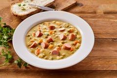 Bacia de Pea Soup cremoso com salsicha desbastada Fotos de Stock Royalty Free