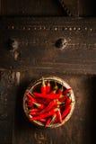 Bacia de pimentas de pimentão encarnados de pimenta de Caiena Fotografia de Stock