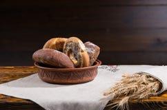 Bacia de rolos e de bagels de pão sortidos Fotos de Stock