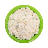 Bacia de salada de frango em um fundo branco Fotos de Stock Royalty Free