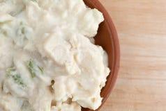 Bacia de salada de frango em um tampo da mesa de madeira Fotografia de Stock Royalty Free