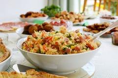 Bacia de salada do arroz em uma tabela de bufete Imagem de Stock Royalty Free