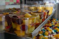 Bacia de salada do fruto em M fotografia de stock