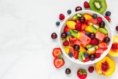 Bacia de salada de fruto fresco saudável no fundo de mármore branco Alimento saudável Vista superior imagem de stock royalty free