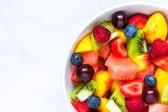 Bacia de salada de fruto fresco saud?vel no fundo de m?rmore branco Alimento saud?vel Vista superior imagem de stock royalty free