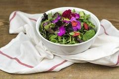 Bacia de salada misturada com flores comestíveis Fotografia de Stock
