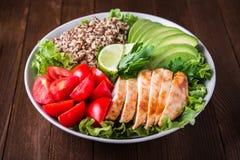 Bacia de salada saudável com quinoa, tomates, galinha, abacate, cal e verdes misturados & x28; alface, parsley& x29; fotos de stock royalty free