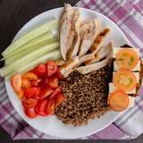 Bacia de salada saudável com tomates, galinha no fundo de madeira Fotografia de Stock Royalty Free