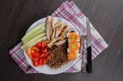 Bacia de salada saudável com tomates, galinha no fundo de madeira Imagens de Stock Royalty Free