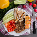 Bacia de salada saudável com tomates, galinha no fundo de madeira Imagem de Stock Royalty Free