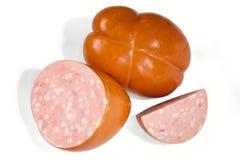Bacia de salsicha cozinhada com partes de corte do bacon em 2 metades Imagens de Stock