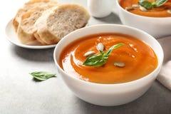 Bacia de sopa de batata doce saboroso fotos de stock royalty free