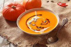 Bacia de sopa caseiro fresca da abóbora Fotos de Stock Royalty Free