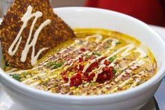 Bacia de sopa crua saudável do vegetariano com biscoitos fotografia de stock royalty free