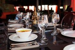Bacia de sopa da abóbora na tabela do restaurante fotografia de stock royalty free