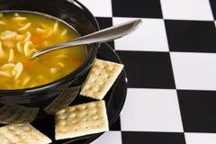 Bacia de sopa de macarronete da galinha Fotos de Stock Royalty Free