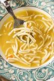 Bacia de sopa de macarronete da galinha. Imagens de Stock