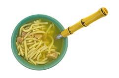 Bacia de sopa de macarronete da galinha com colher Fotos de Stock