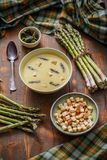 Bacia de sopa do aspargo fotografia de stock royalty free