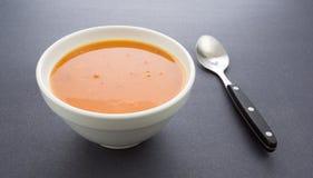 Bacia de sopa do bisque do tomate com colher Fotos de Stock Royalty Free