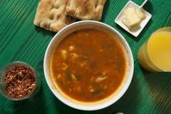 Bacia de sopa em uma tabela verde Imagens de Stock Royalty Free