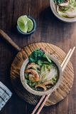 Bacia de sopa de macarronete asiática com hashis Fotos de Stock