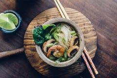 Bacia de sopa de macarronete asiática com hashis Fotos de Stock Royalty Free