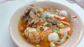Bacia de sopa de macarronete picante de tom yum com carne de porco fotos de stock