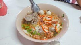 Bacia de sopa de macarronete picante de tom yum com carne de porco foto de stock royalty free
