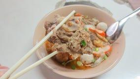 Bacia de sopa de macarronete picante de tom yum com carne de porco fotografia de stock