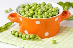 Bacia de tabela fresca do branco das ervilhas verdes Fotos de Stock