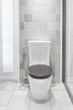 Bacia de toalete em um banheiro moderno foto de stock
