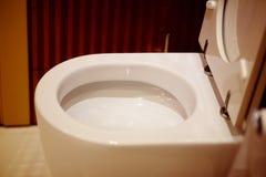 Bacia de toalete em um banheiro moderno fotografia de stock