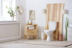 Bacia de toalete no interior moderno fotos de stock