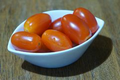 Bacia de tomates de cereja vermelhos frescos imagens de stock royalty free