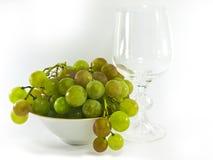 Bacia de uvas com um vidro de vinho Fotografia de Stock Royalty Free
