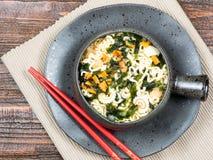 Bacia de vegetais com macarronetes asiáticos, vista superior Imagem de Stock Royalty Free