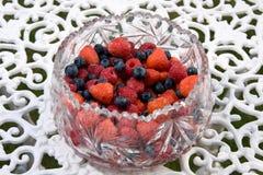 A bacia de verão frutifica em uma tabela ao ar livre Fotos de Stock Royalty Free