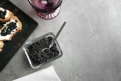 Bacia de vidro com caviar preto Fotos de Stock Royalty Free