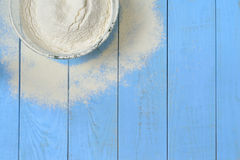 Bacia de vidro com farinha Imagem de Stock Royalty Free