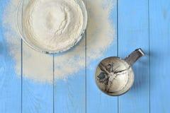 Bacia de vidro com farinha e peneira Fotografia de Stock Royalty Free