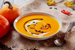 Bacia deliciosa de sopa da abóbora de outono Foto de Stock