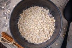 Bacia deliciosa e saudável do café da manhã A com os flocos secos da farinha de aveia Imagem de Stock Royalty Free