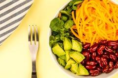 Bacia do alimento do vegetariano ou do vegetariano com o abacate das cenouras do feijão vermelho Foto de Stock