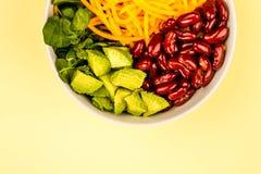 Bacia do alimento do vegetariano ou do vegetariano com o abacate das cenouras do feijão vermelho Fotografia de Stock