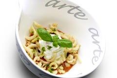 Bacia do aperitivo de gazpacho com o calamar e manjericão fritados do calamari Imagens de Stock Royalty Free