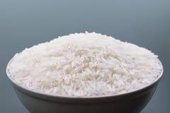 Bacia do arroz branco do jasmim em fundos pretos Foto de Stock